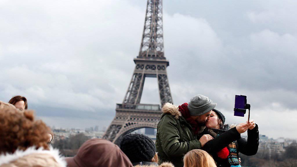 Mit Videoüberwachung an Touristen-Magneten - im Bild der Eiffelturm - will Frankreich dafür sorgen, dass Touristen sich in Paris wieder sicherer fühlen. (Symbolbild)