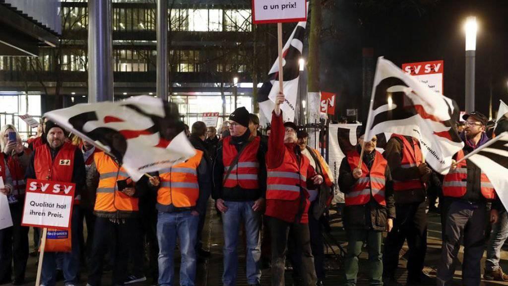 Rund 300 Angestellte demonstrierten am 22. November vor dem SBB Hauptsitz in Bern gegen die Sparmassnahmen der SBB.
