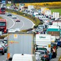 Der Lastwagenverkehr durch die Schweiz hat leicht abgenommen.