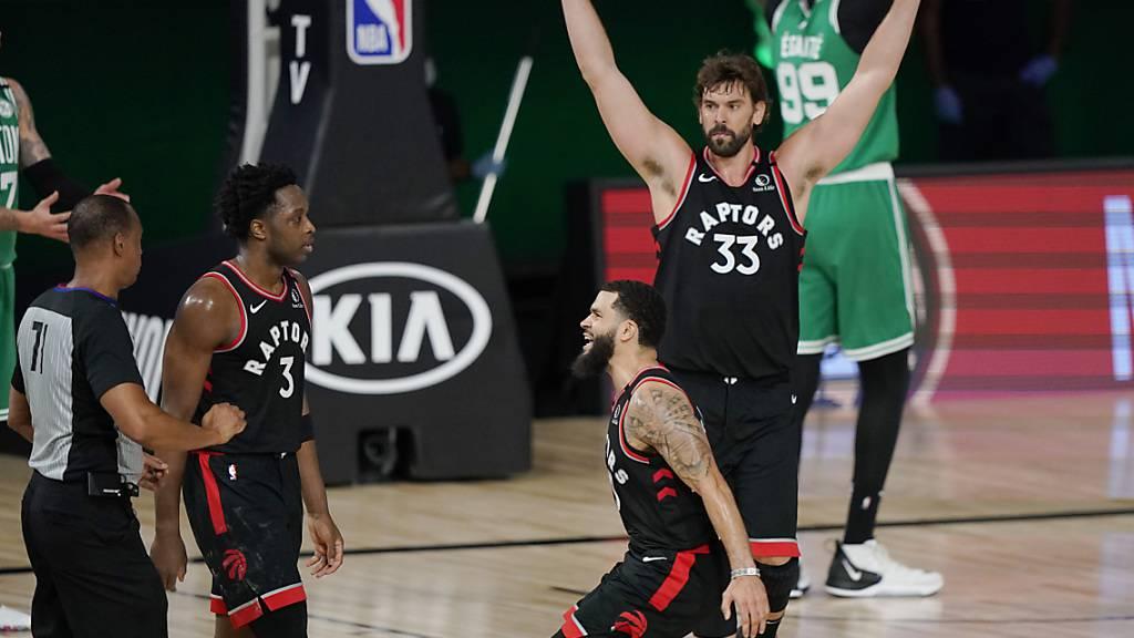 Torontos OG Anunoby (links) wird nach seinem Siegeswurf von den Mitspielern Fred VanVleet (Mitte) und Marc Gasol bejubelt