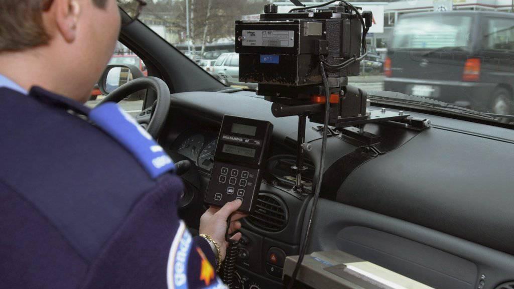 Die Freiburger Kantonspolizei hat bei einer Radarkontrolle zwei Raser erwischt, die mit Geschwindigkeiten von über 200 km/h auf der Autobahn A12 unterwegs waren. (Symbolbild)