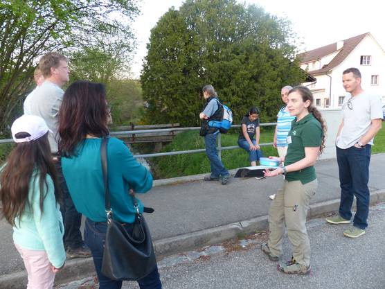"""Die Flugroute der """"Grossen Hufeisennase"""" am Wegenstetter Bach entlang - Anja Trachsel. Projektleiterin Jurapark Aargau, klärt auf über die Nahrungssuche dieser nachtaktiven Tiere."""
