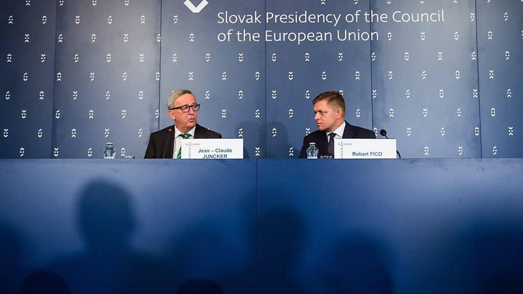 Juncker (l.) zu Besuch in Bratislava: Die Slowakei übernimmt für sechs Monate die EU-Ratspräsidentschaft. Regierungschef Fico betonte, sein Land wolle Lösungen in der Flüchtlingspolitik liefern.