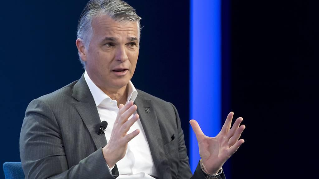 Die UBS schüttet auch dieses Jahr eine Dividende aus: Noch-CEO Sergio Ermotti an einem Gespräch (Archivbild).