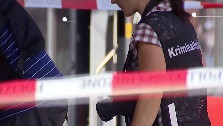 Noch am Samstag führten Beamte eine Hausdurchsuchung beim Täter durch. - Im Bild: Kriminaltechniker im Einsatz im Zug, in dem es  am Samstag zur Tat kam.