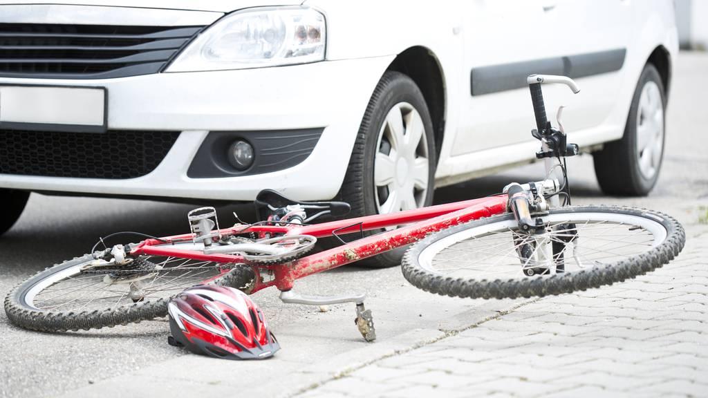Velofahrerin von Auto schwer verletzt – Zeugen gesucht