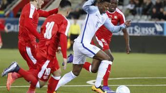 Der Engländer Demarai Gray tankt sich durch die Schweizer Hintermannschaft
