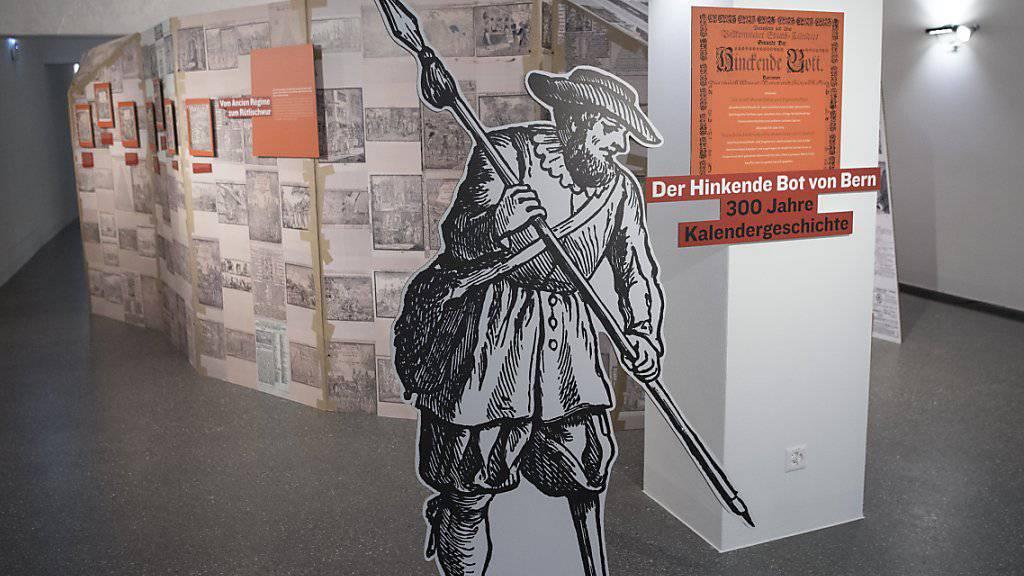 Sicht in die Ausstellung des «Hinkenden Bot von Bern» in der Universitätsbibliothek in Bern. Der Volkskalender feiert sein 300-jähriges Bestehen und erfreut sich trotz digitalem Zeitalter einer Anhängerschaft. (KEYSTONE/Peter Schneider)