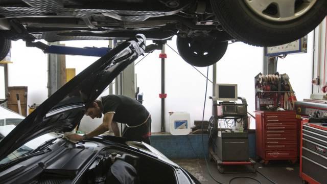 Ein Werkstatt-Betreiber staunte, als er in einem seiner Kundenfahrzeuge eine nackte Fremde entdeckte. (Symbolbild)