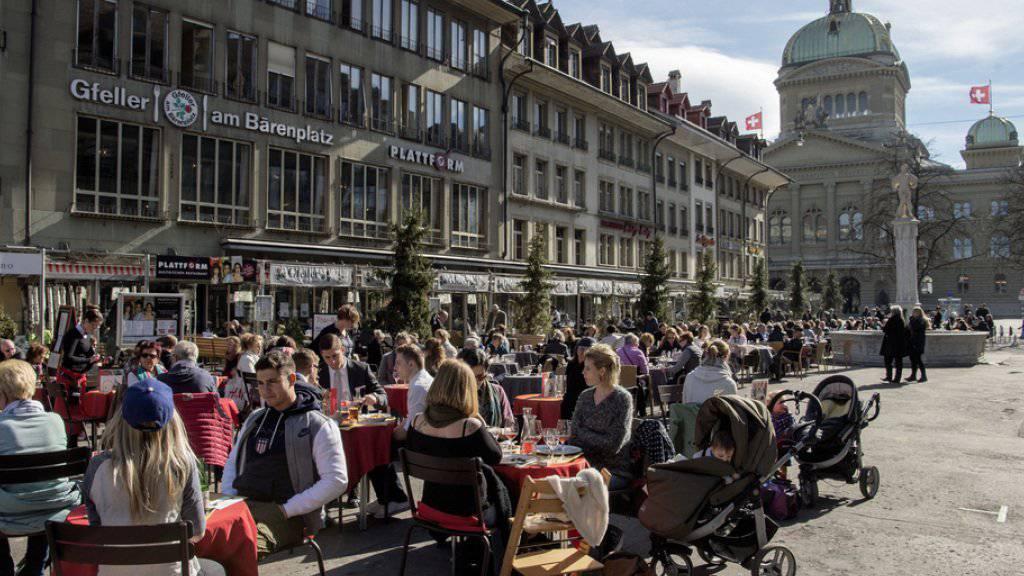 Das warme Frühlingswetter im Februar lockte zahlreiche Sonnenhungrige nach draussen - wie hier auf dem Bärenplatz in Bern. (Archivbild)