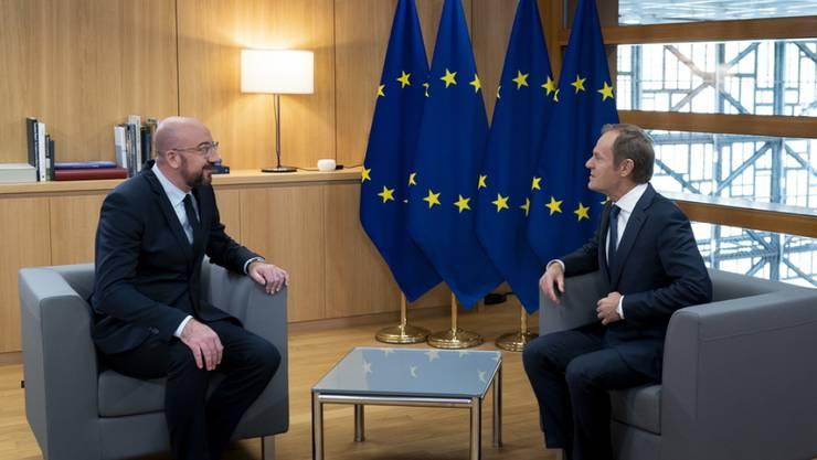 Der abtretende polnische EU-Ratspräsident Donald Tusk (r.) im Gespräch mit seinem belgischen Nachfolger Charles Michel (l.).