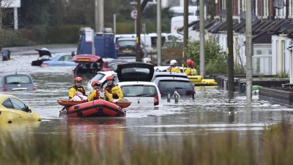 Überschwemmte Strasse am Sonntag in Nantgarw, Wales.
