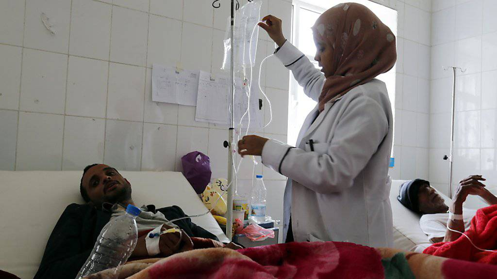 Eine Ärztin behandelt Cholera-Patienten in einer Klinik in Sanaa. Seit Anfang Jahr sind im Jemen bereits rund 195'000 Menschen neu infiziert worden. (Bild vom 15. April)