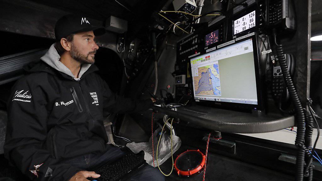 Kaum Platz unter Deck: Kapitän Boris Herrmann an den Navigationsinstrumenten im Rumpf der Renn-Jacht.