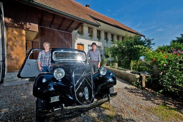 Kurt und Ruth Gautschi mit ihrem alten Citroën Large vor ihrem historischen Bauernhaus in Gontenschwil.