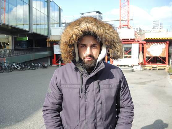 """Musli Asani (28) aus Hägglingen meint: """"Ich arbeite als Maurer, daher bin ich an die Kälte gewöhnt. Jetzt ist es aber so kalt, das das Unternehmen, bei dem ich arbeite, mir drei Tage frei gegeben hat. Bei diesen Temperaturen nutzen selbst die Thermohosen, die ich anhabe nichts."""""""