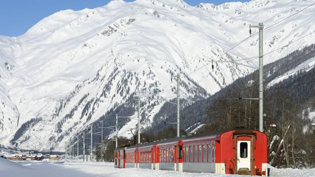 Ein Zug der Matterhorn Gotthard Bahn unterwegs im Wallis (Archiv)