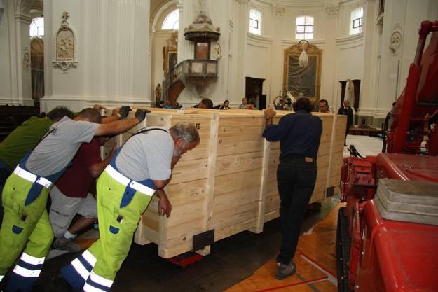 Der neue Altar wird in den Chorraum gestossen