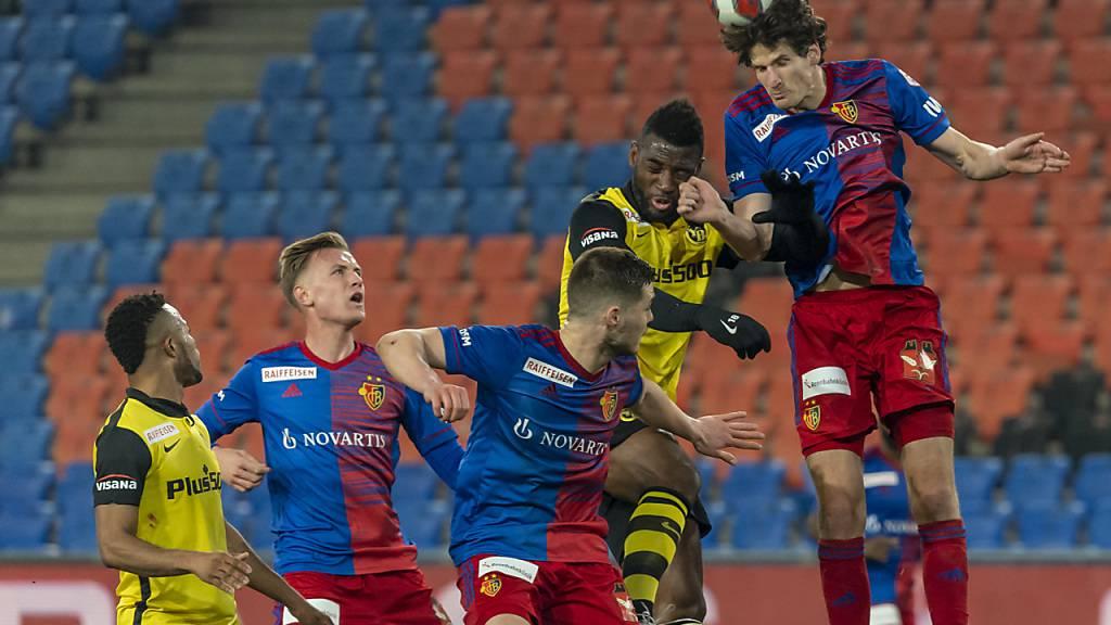 Voller Einsatz für den FCB: Timm Klose klärt den Ball vor Jean-Pierre Nsame