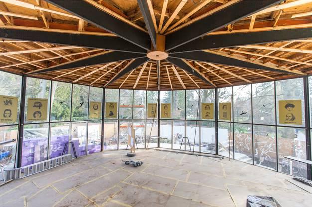 Die Decke des Sachs-Foyers wird nach dem Umbau wieder montiert.