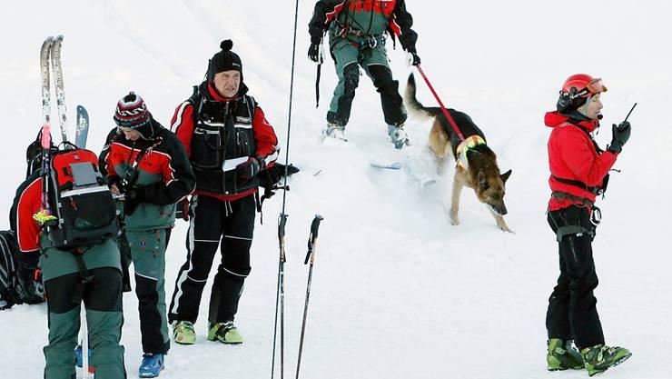 Der Schweizer Bergführerverband startet ein Ausbildungsprogramm, das vor den Gefahren im Schnee warnt. (Symbolbild)