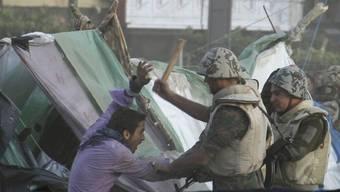 Ägyptische Soldaten räumen gewaltsam den Tahrir-Platz in Kairo