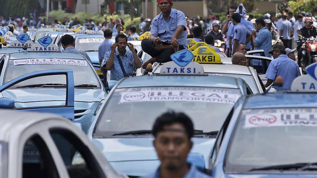 Protestierende Taxifahrer in Jakarta bringen den Verkehr zum Erliegen
