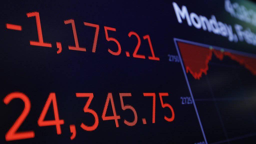 Der US-Aktienindex Dow Jones hat seine Talfahrt am Montag dramatisch beschleunigt.