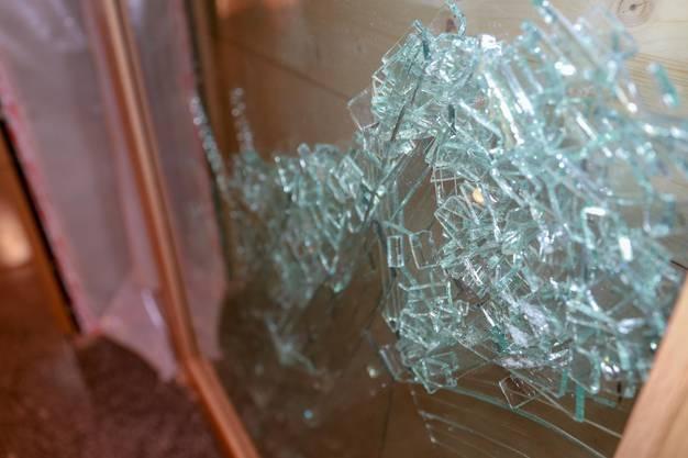 Eine der zerborstenen Fensterscheiben im Hotel.