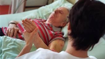 Darf die Pflegerin oder muss der Arzt entscheiden, ob der Patient seine Beweglichkeit trainieren soll? KEYSTONE/Gaetan Bally
