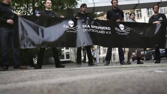 Aktivisten von Sea Sheperd demonstrieren in Frankfurt gegen die Verhaftung von Paul Watson