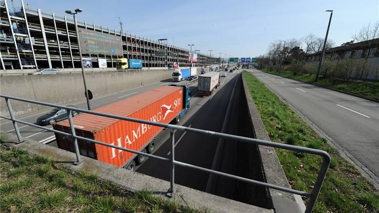 Nicht alle Abschnitte der Osttangente sind mit Lärmschutzwänden versehen (rechts). Lücken hat es beispielsweise auf der Schwarzwaldbrücke. Juri Junkov