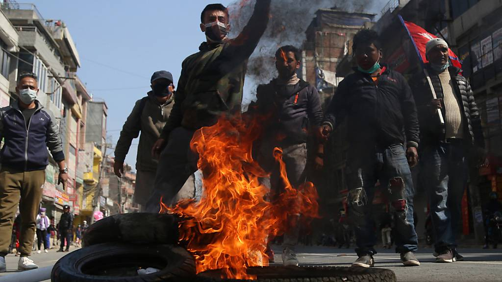 Nepal: Dutzende Festnahmen bei Grossdemo gegen Parlamentsauflösung