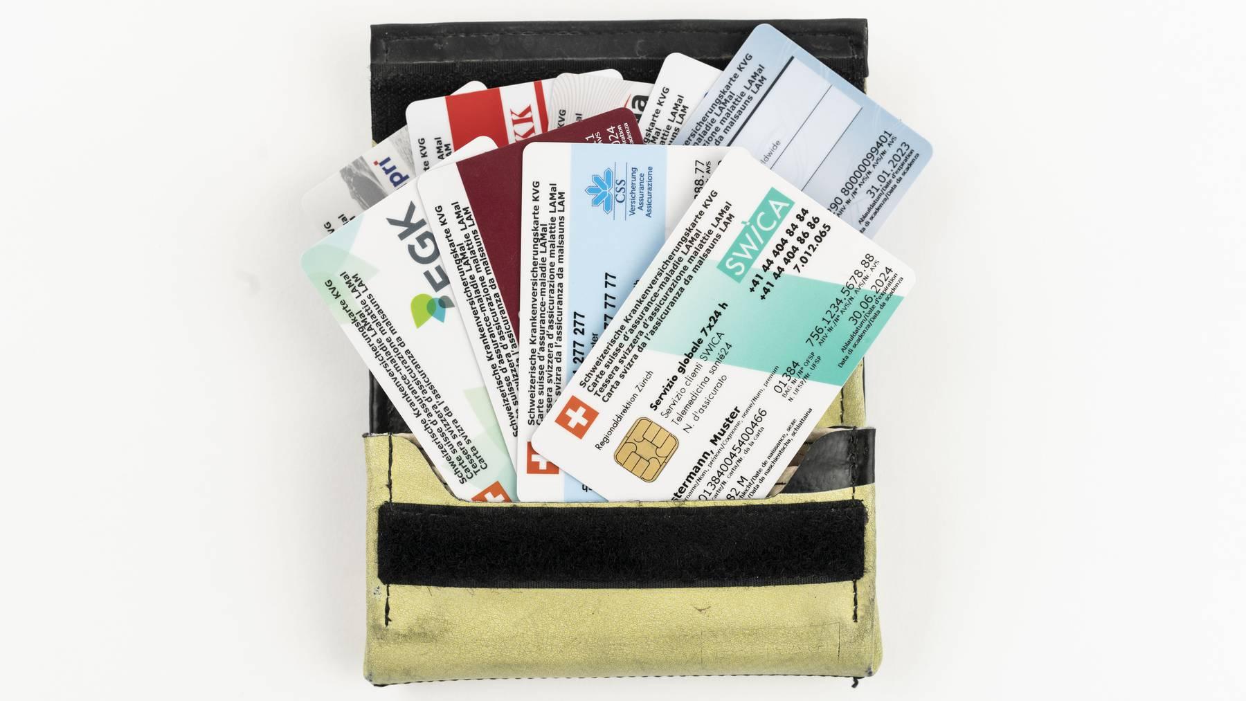 Verschiedene Schweizer Krankenversicherungskarten in einem Portemonnaie, aufgenommen am 9. September 2019 in Zuerich. Krankenkasse