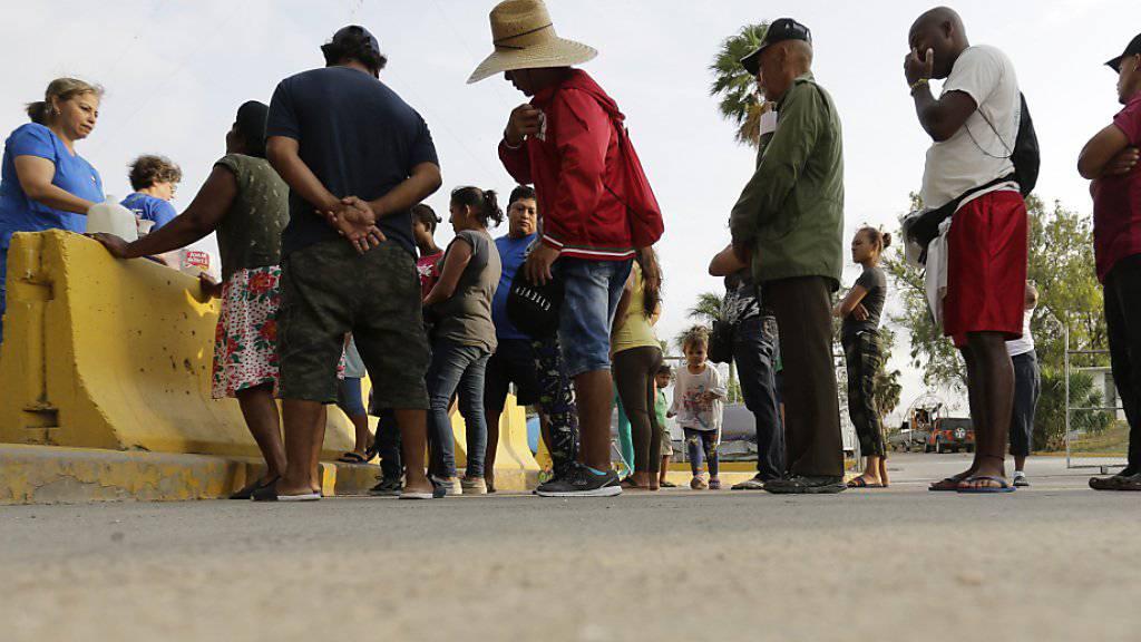Migranten in Mexiko, die sich um Asyl in den USA bemühen. (Archivbild)