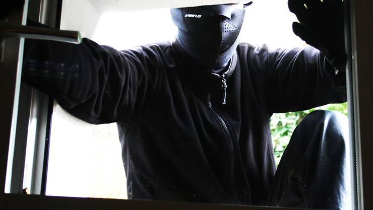 Als die Frau nach Hause kommt, flüchtet ein Einbrecher durch ein Fenster. (Symbolbild)