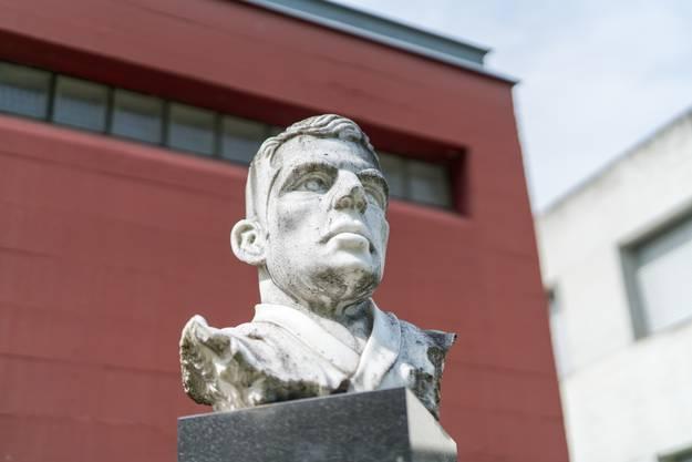 2004 erinnert in Wohlen eine Gedenkstätte an den berühmten Kampfsportler, der im Alter von 36 Jahren verstarb. Geschaffen wurde das Memorial von Hugs Gattin Ilona. Es besteht aus Büste, Gedenktafel und Plastik.
