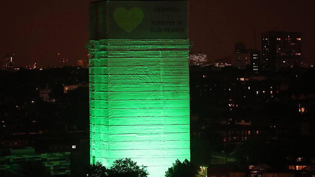Im Gedenken an die Opfer der Brandkatastrophe im Londoner Grenfell Tower wurde der Wohnturm in der Nacht grün angestrahlt.