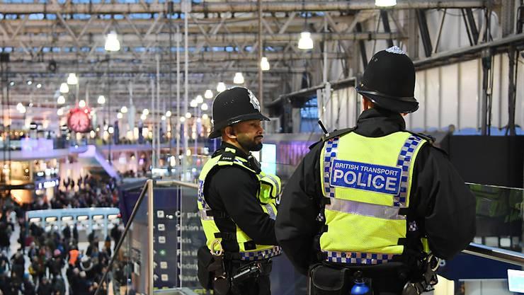 Die Ermittlungen zu den rätselhaften Briefbomben in der Nähe zweier Flughäfen und in einem Bahnhof laufen weiter. Scotland Yard warnt vor weiteren möglichen Briefbomben. (Foto: Andy Rain EPA/Keystone)