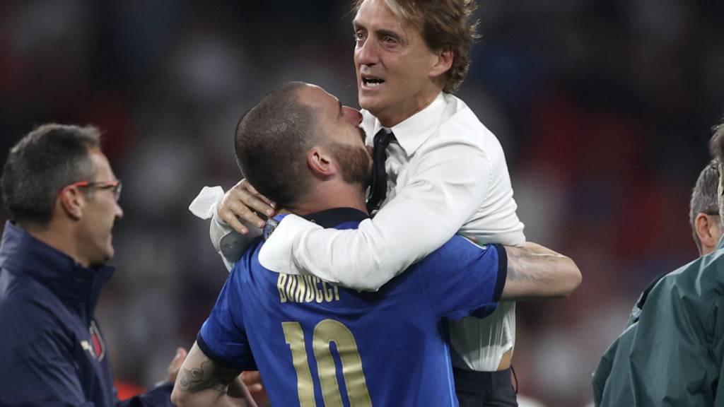 Roberto Mancini in den Armen von Leonardo Bonucci. So feiern Helden