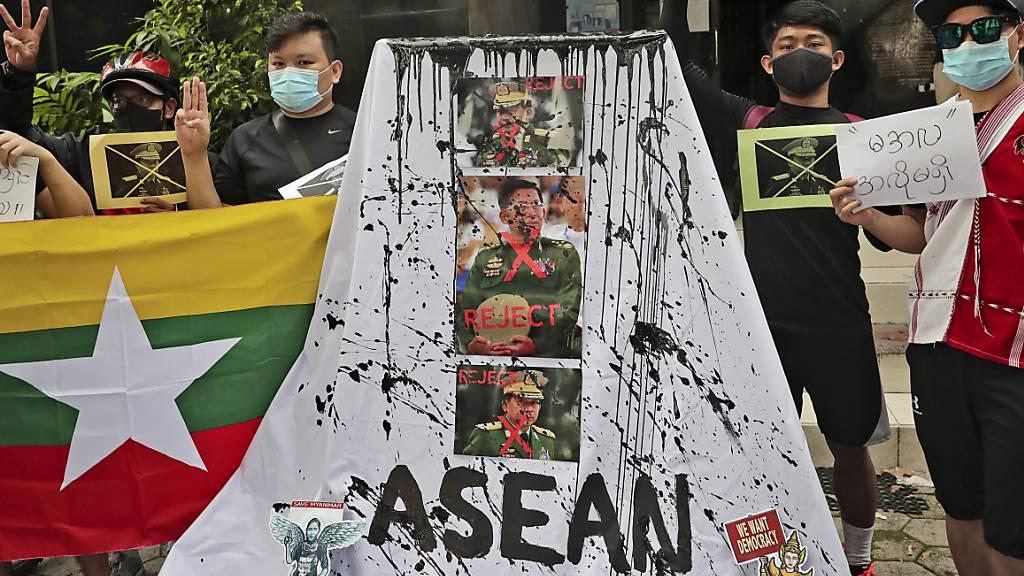 In Jakarta gibt es Proteste gegen die myanmarischen Militärs, die auf dem Asean-Gipfel vertreten sind. Foto: Tatan Syuflana/AP/dpa