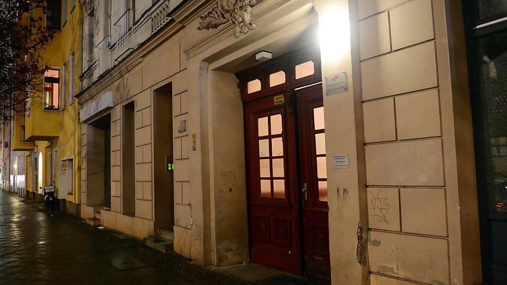 """Hauseingang zu den Räumen des Moschee-Vereins """"Fussilet 33"""" in Berlin-Moabit: Nach Medienberichten fand dort nach der Festnahme dreier Terrorverdächtiger eine Durchsuchung statt. (Archivbild)"""