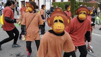 Die Klasse 4b mischt als Affenbande die Fasnacht auf.