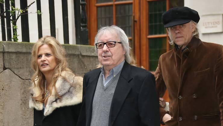 Bill Wyman (79, in der Mitte zwischen Suzanne Accosta und Bob Geldof) letzten Samstag auf der Hochzeit von Rupert Murdoch und Jerry Hall. Bei ihm wurde Prostatakrebs entdeckt, doch die Ärzte rechnen mit seiner vollständigen Genesung (Archiv).