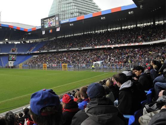 10'000 Leute schauen in Basel im Joggeli auf den Bildschirmen zu.