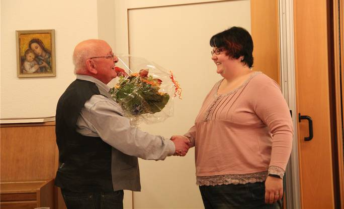 Kirchpflegepräsident Peter Bircher bedankt sich bei der abtretenden Kirchenpflegerin Nicole Zimmermann.