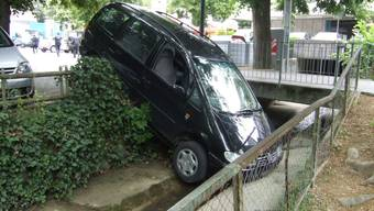 Frau parkiert Auto in Bach