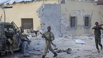 Somalische Soldaten beziehen Position nach der Explosion der Bombe