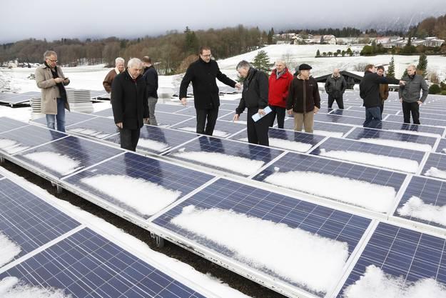 Die Besucher besichtigen das neue Solardach und hoffen auf viel Sonne