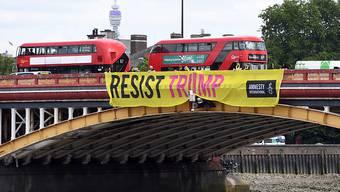 Ein Protestbanner von Amnesty International - anlässlich des Besuchs von US-Präsident Donald Trump werden in London grosse Proteste erwartet.